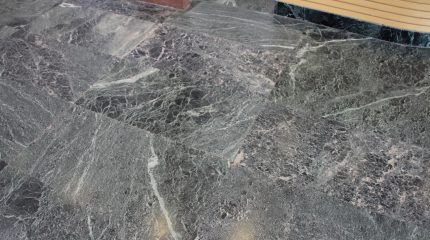 come pulire un pavimento in marmo